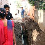 夜の散歩は落とし穴に気を付けて-ネパールの道路工事